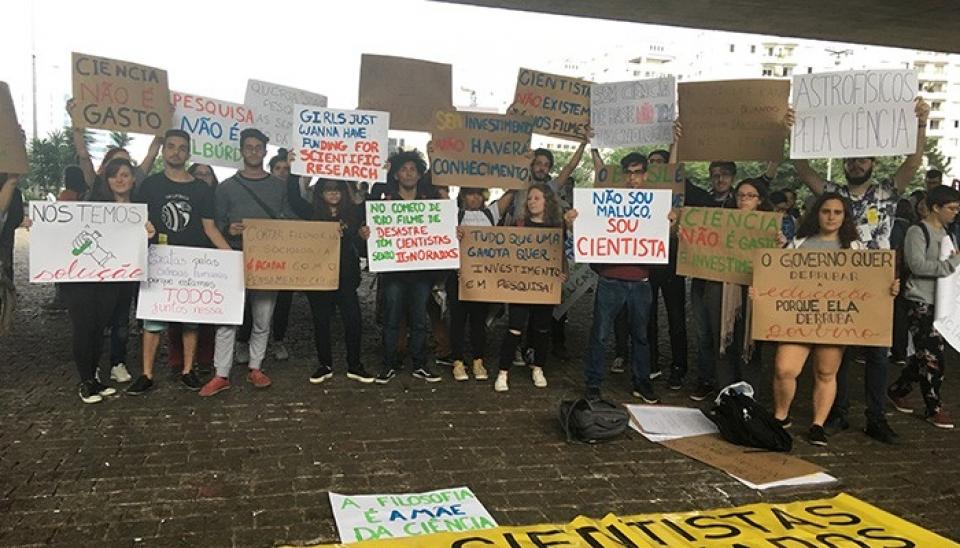 Cidades brasileiras se manifestam contra os bloqueios na educação