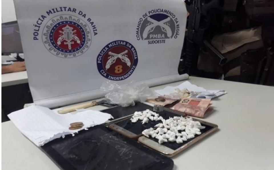 Mãe e filhos são presos em flagrante por tráfico de drogas