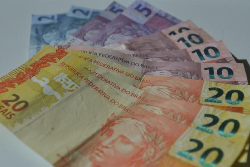 Governo Bolsonaro avalia medida que congela salário mínimo