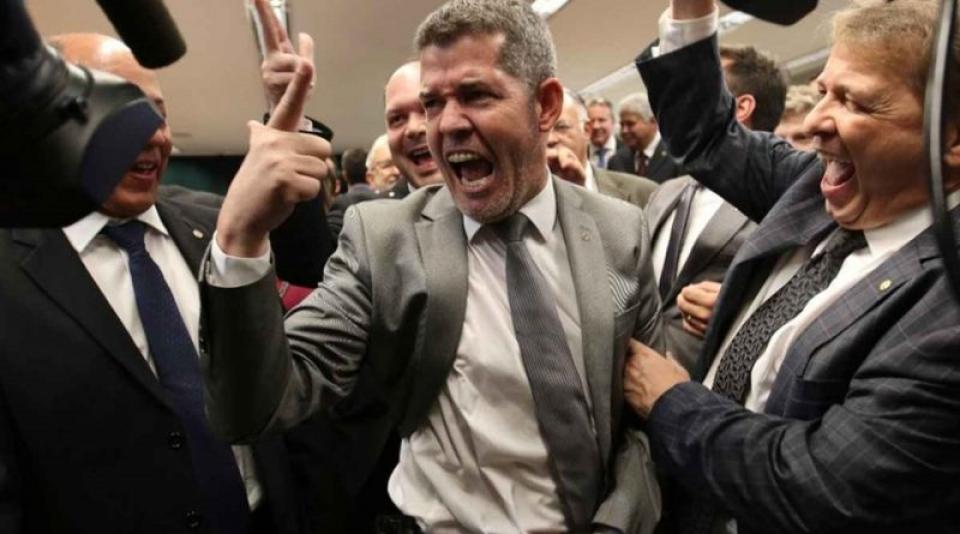 Líder do PSL chama Bolsonaro de 'vagabundo' e ameaça 'implodir' o presidente