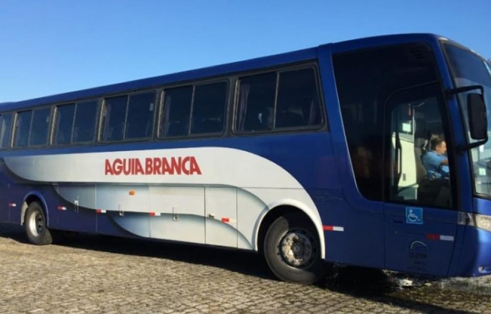 Motorista e cobrador são presos dentro de bagageiro durante assalto a ônibus da Águia Branca