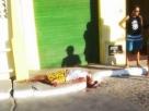 Comerciante mata homem a golpes de facão e aguarda tranquilo ao lado do corpo, a chegada da polícia