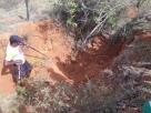 Cadáver é encontrado enterrado em cova rasa em fazenda