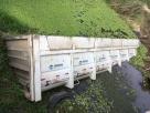 Caminhão carregado com pedra tomba e parte da carroceria cai em rio na Bahia