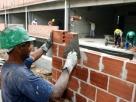 Empresa de construção terá que pagar R$ 30 mil a pedreiro com hérnia de disco