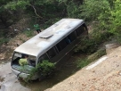 Micro-ônibus com estudantes cai em ribanceira em Juazeiro, na Bahia